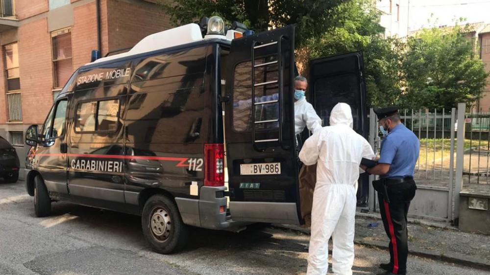 Tragedia a Ferrara, bambino di un anno morto in casa; la madre trovata ferita; indagini sulle cause