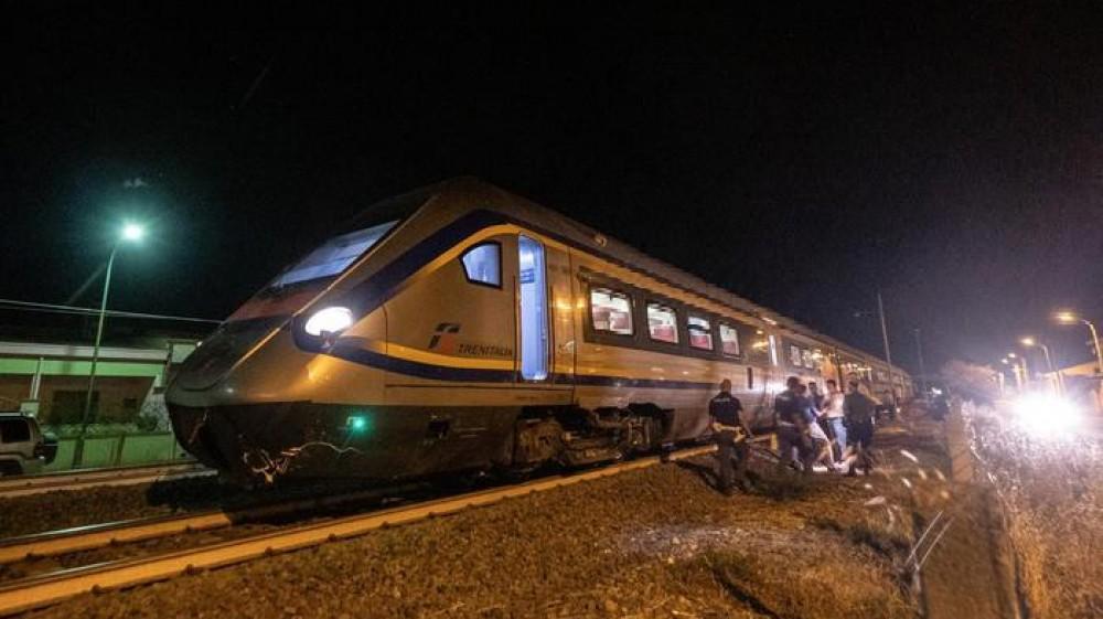 Tragedia in provincia di Venezia: uomo travolto da un treno mentre recupera il cane scappato sui binari
