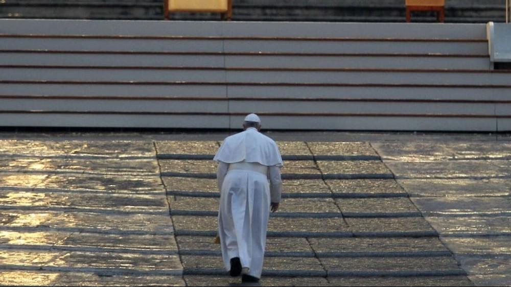 Un anno fa, il 27 marzo, Papa Francesco pregava sul sagrato della Basilica di San Pietro per la fine della pandemia