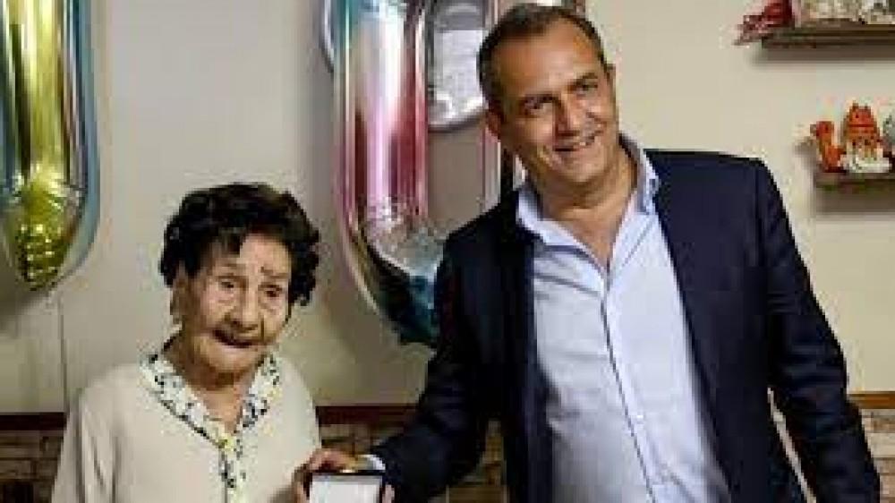 Una donna di Napoli ha compiuto 110 anni, è stata festeggiata dal sindaco, dai suoi 5 figli e dai 20 nipoti