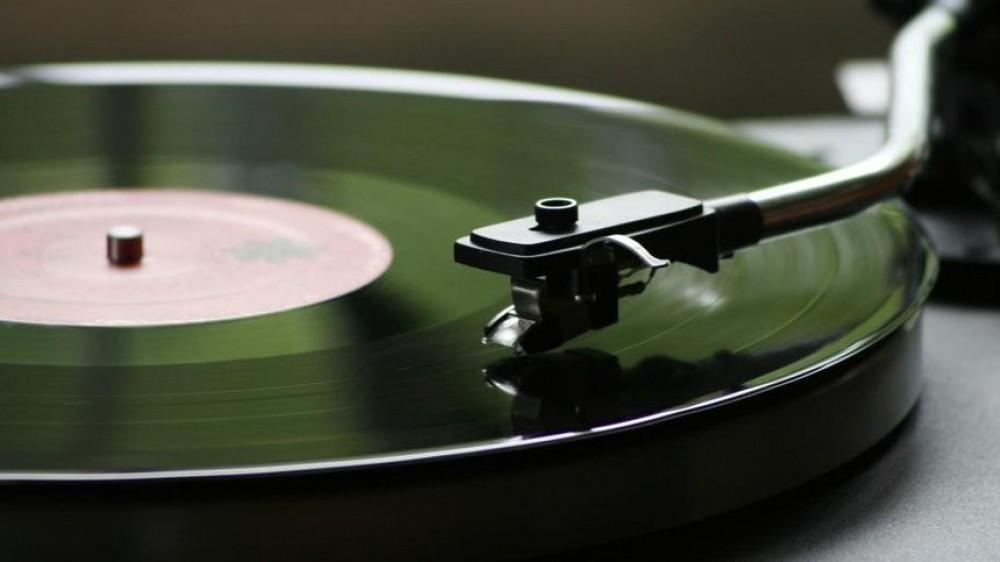 Vinili sempre più ricercati, nel 2021 le vendite degli LP superano quelle dei CD, non succedeva da 30 anni